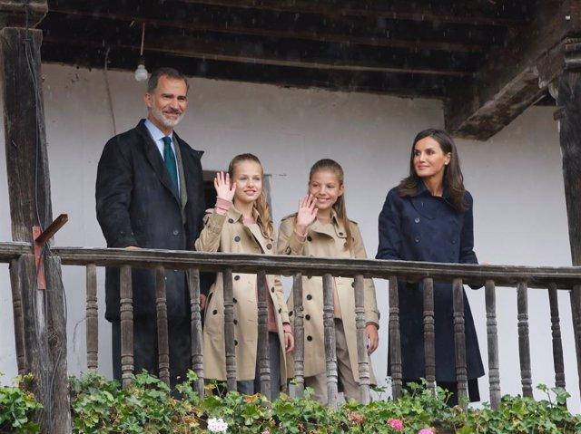 El rei Felip VI, la princesa Leonor, la infanta Sofia, i la reina Letizia saluden durant la seva visita a Asiegu (Astúries) el 19 d'octubre de 2019.
