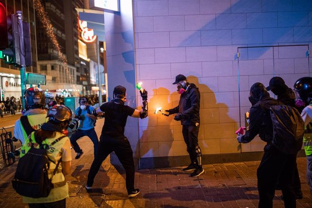 Enfrentamientos entre Policía y manifestantes en Hong Kong en una de las jornadas de protestas más violentas desde que las manifestaciones comenzaran hace cinco meses.