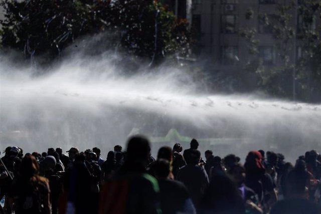 Carabineros usan cañones de agua para dispersar a los manifestantes en los alrededores de La Moneda