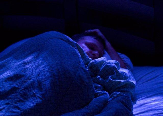 Hombre durmiendo, insomnio, siesta, sueño.