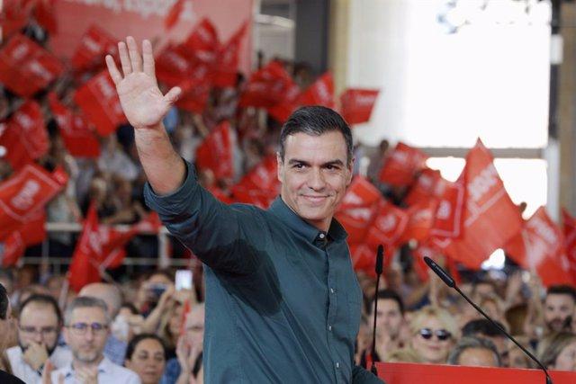 El president del Govern en funcions i candidat del PSOE al 10N, Pedro Sánchez, saluda en un míting a Mislata (València/Espanya) el 2 de novembre de 2019.