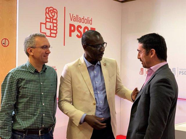 El cabeza de la lista del PSOE al Congreso por Valladolid, Javier Izquierdo, y el número cinco de la misma, José Luis Garrido, charlan con el responsabe de Política de Refugiados, Luc André Diouf.