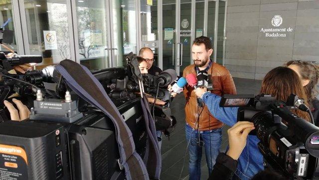 El regidor de Seguretat de l'Ajuntament de Badalona (Barcelona), Rubén Guijarro, en declaracions als periodistes sobre l'enderrocament d'un edifici amb aluminosi al barri de la Salut, el 3 de novembre de 2019.