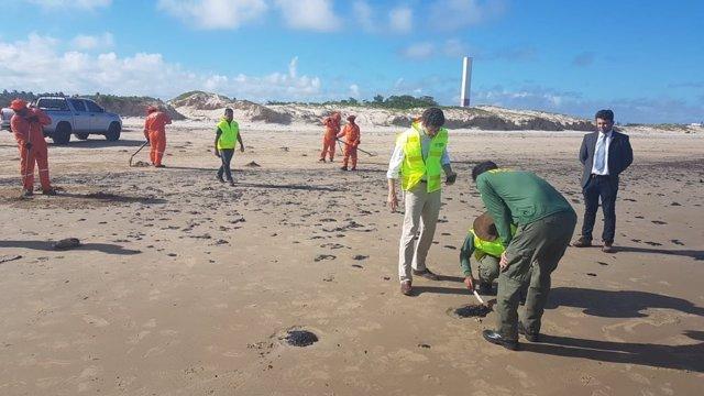 Neteja de les platges brasileres, afectades per taques de petroli.
