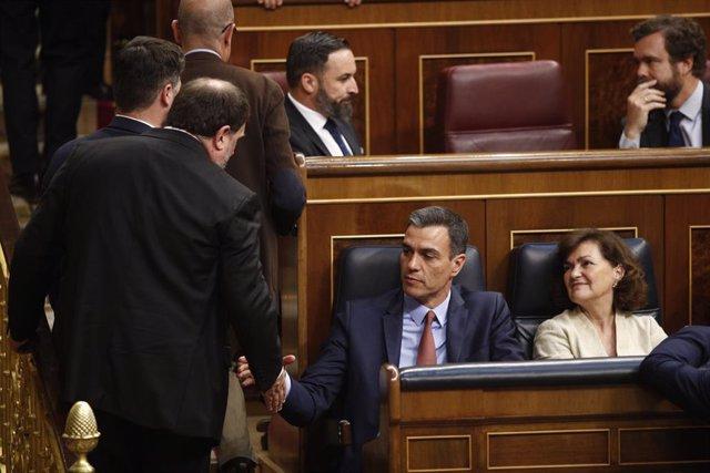L'ex-vicepresident de la Generalitat Oriol Junqueras saluda al president del Govern, Pedro Sánchez, a la seva arribada a la sessió constitutiva del Congrés