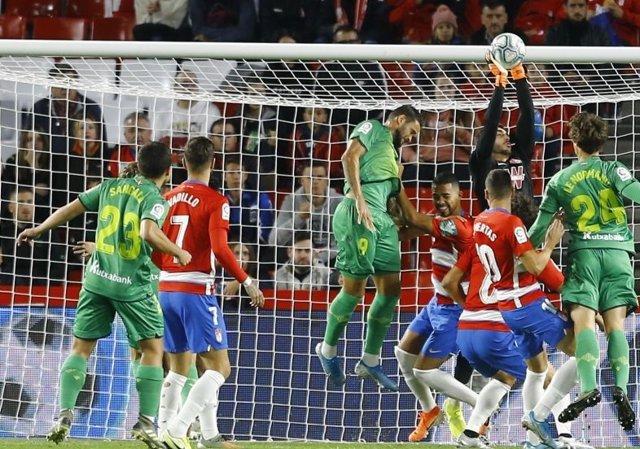 Fútbol/Primera.- (Crónica) La Real asalta Los Cármenes y un liderato muy vivo