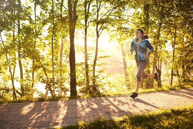 Mujer corriendo en el parque.