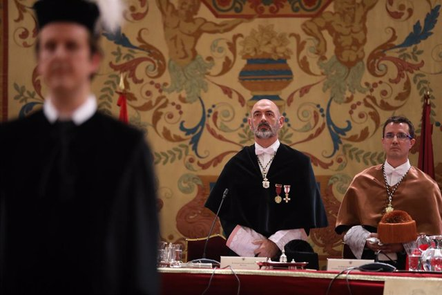 El nuevo rector de la Universidad Complutense de Madrid, Joaquín Goyache (c), preside la apertura del curso académico 2019-2020 de la UCM en el Paraninfo de la universidad, Madrid (España), a 13 de septiembre de 2019.
