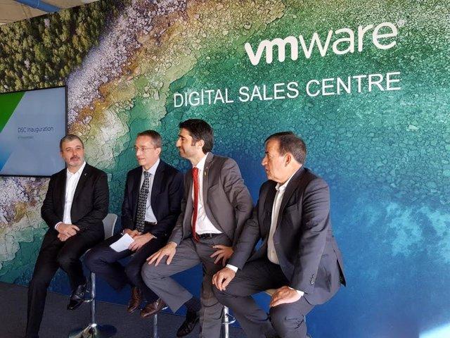 El primer teniente de alcalde de Barcelona, Jaume Collboni; el ceo de VMware, Pat Gelsinger; el conseller Jordi Puigneró y el vicepresidente primero y director general de VMware Emea, Jean Pierre Brulard