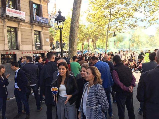 Lorena Roldán, Sonia Sierra i Carina Mejías (Cs) fan declaracions a la premsa mentre un centenar d'estudiants protesta davant la plaça Universitat de Barcelona.