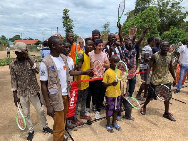 La tenista española Carla Suárez durante su visita a Uganda para colaborar con un proyecto solidario
