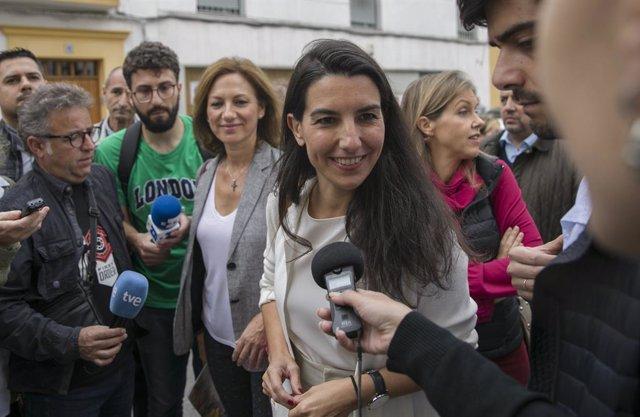 La presidenta de Vox Madrid, Rocío Monasterio atén els mitjans a Sevilla, 4 de novembre del 2019.