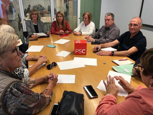 La número 3 del PSC per Barcelona, Mercè Parea, en una reunió amb representants de la tercera edat.