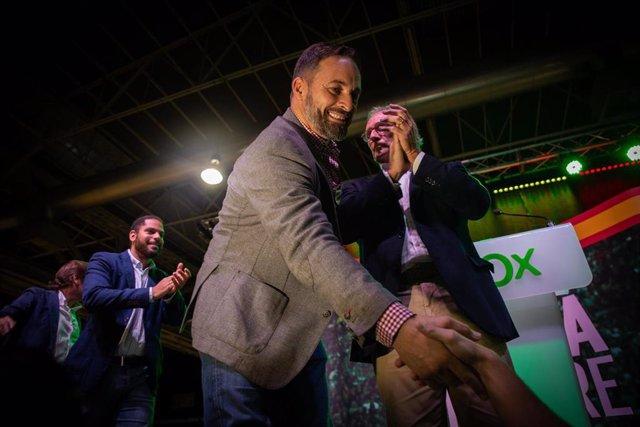 El presidente de Vox, Santiago Abascal, saluda a un simpatizante en el acto de apertura de campaña en Barcelona (España).
