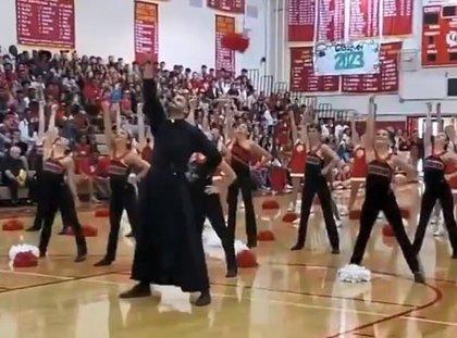 La participación de un cura hace viral el baile de estas animadoras al ritmo de la 'Marcha Imperial' de Star Wars