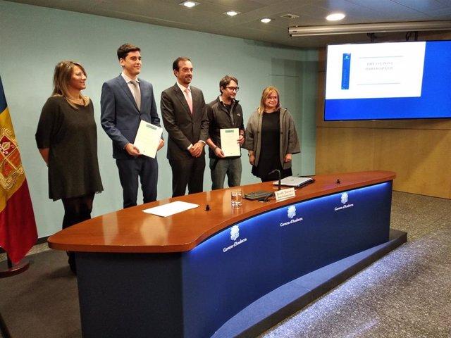 El ministre Jordi Torres al costat de dos dels ciutadans que van presentar el projecte vencedor i les responsables dels pressupostos participatius del Ministeri d'Ordenament Territorial.