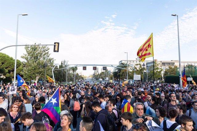 Protesta davant el Palau de Congressos de Catalunya de Barcelona contra la visita del rei.
