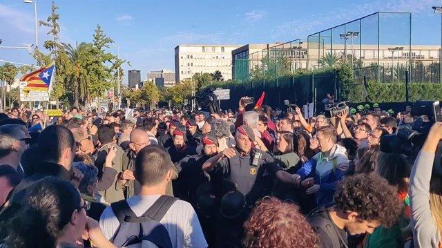 Manifestants concentrats davant del Palau de Congressos de Catalunya intenten bloquejar la sortida d'agents dels Mossos d'Esquadra