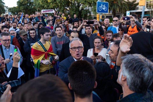 Manifestants tracten d'impedir l'accés a Josep Bou (PP) al Palau de Congressos de Catalunya on es lliuren els Premis de la FPdGi