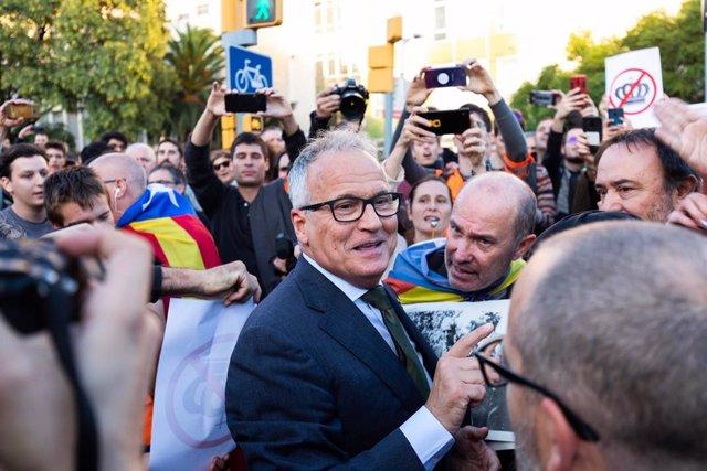 Manifestants impedeixen a Josep Bou (PP) accedir a l'acte amb el rei a Barcelona.
