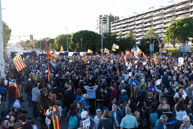 Manifestants davant el Palau de Congressos de Catalunya de Barcelona en protesta per un acte del rei.