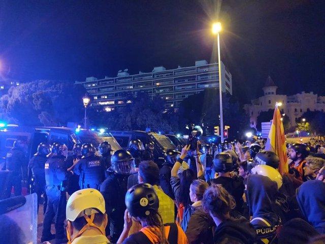 Manifestants tiren alguns objectes contra el cordó policial en la Diagonal enfront del Palau de Congressos de Catalunya on està la Família Real