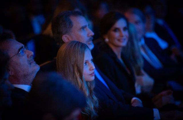 La Princesa Leonor, el Rei Felipe i la Reina Letizia durant els Premis de la FPdGi i el X aniversari en el Palau de Congressos de Barcelona (Espanya) el 4 de novembre de 2019.