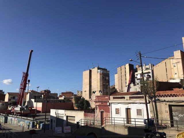Instal·len dues grues per enderrocar l'edifici de Badalona desallotjat per aluminosi.