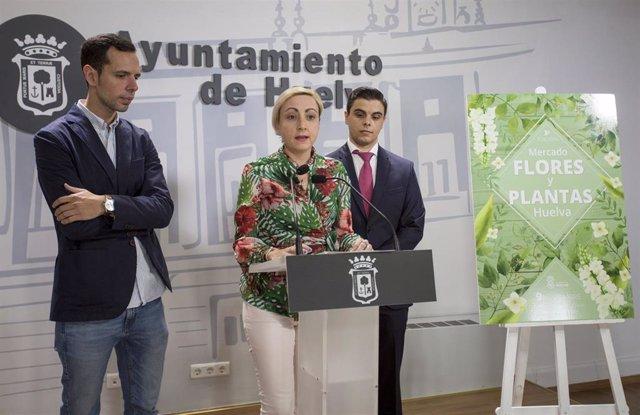 La concejal de Comercio y Mercados del Ayuntamiento de Huelva, Tania González, en rueda de prensa.