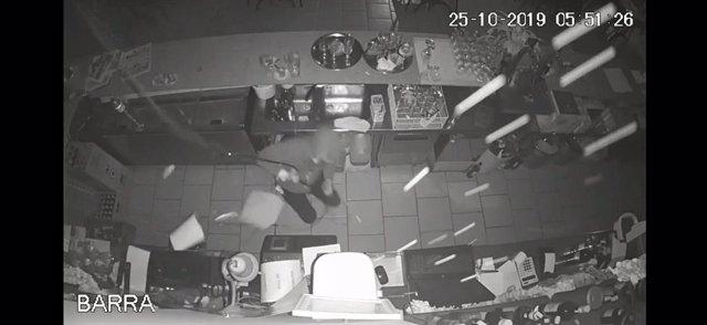 L'autor del robatori, amb ajuda del seu còmplice, va entrar al bar de Vilanova i la Geltrú (Barcelona) mitjançant  la lluerna i despenjant-se amb una corda.