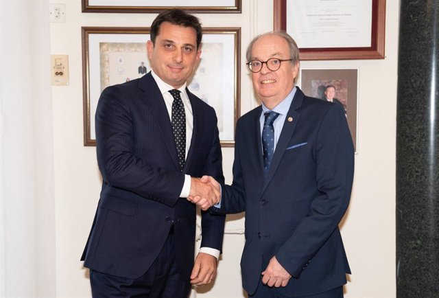 El nou president del Consell de l'Advocacia Catalana, Manel Albiac, i el seu antecessor en el càrrec, Ignasi Puig Ventalló.