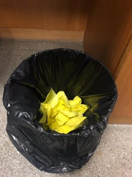 Foto de Twitter de Cayetana Álvarez de Toledo (PP) després de tirar a les escombraries llaços penjats en Tv3 a Sant Joan Despí (Barcelona) abans del debat de candidats per Barcelona a la campanya de les eleccions generals del 10 de novembre de 2019