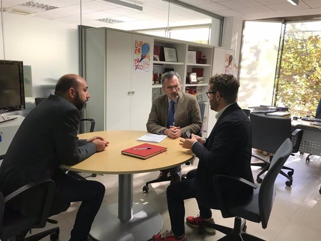 El candidat al Senat, Manuel Cruz, amb Marc Colomer i Rafa Garrido (ACN)