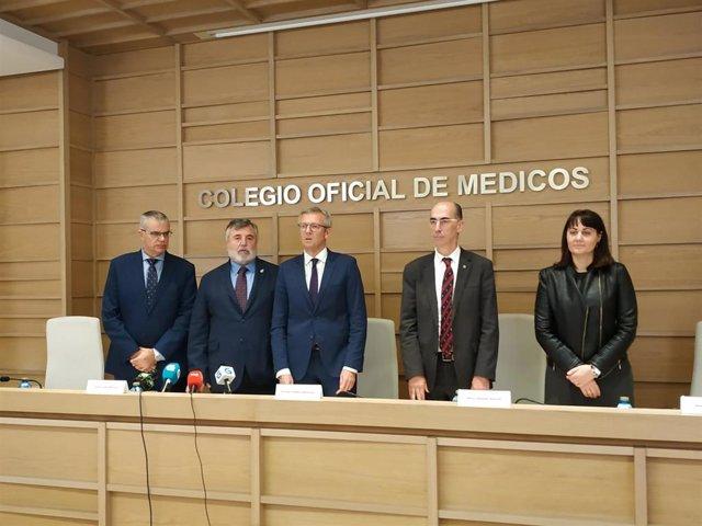 El vicepresidente de la Xunta, Alfonso Rueda, y el titular de Sanidade, Jesús Vázquez Almuiña, junto a representantes del Colegio de Médcos