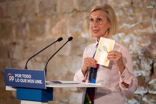 La fundadora d'UPyD, Rosa Díez durant la seva intervenció i amb la Constitució Espanyola a la mà en l'acte de campanya del Partit Popular al Museu d'Història de Barcelona (Espanya), a 6 de novembre del 2019.