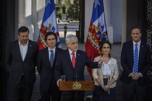 El presidente de Chile, Sebastián Piñera, acompañado de algunos de sus ministros