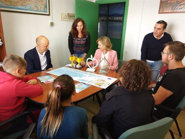Troncoso (centro) visita el IES Guadalquivir