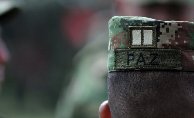 Mensaje a favor del proceso de paz de Colombia en una gorra militar