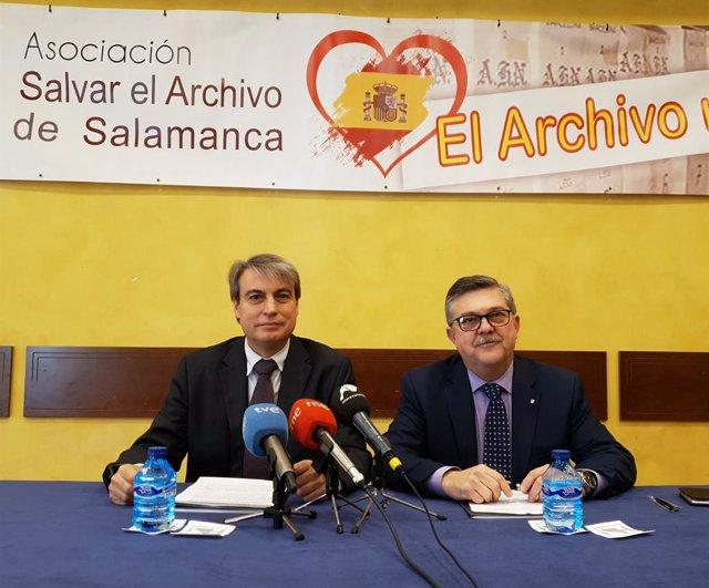 El president de Salvar el Archivo de Salamanca, Policarpo Sánchez (i), i l'advocat Enrique de Santiago.