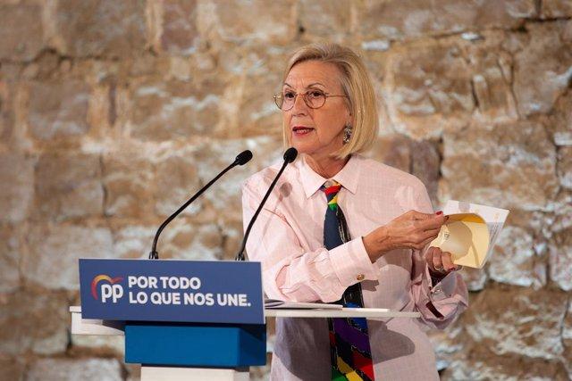 La fundadora d'UPyD, Rosa Díez fulleja la Constitució Espanyola durant la seva intervenció en l'acte de campanya del Partit Popular al Museu d'Història de Barcelona (Espanya), a 6 de novembre del 2019.