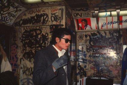 A subasta los calcetines brillantes con los que Michael Jackson hizo por primera vez el 'moonwalk' en público