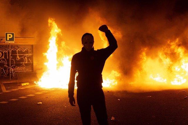 Foguera a Barcelona durant la protesta dels CDR contra la sentència de l'1-O