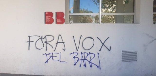 Pintades en contra de Vox en el Centre Cívic Sant Martí on aquest dimecres se celebrarà un acte de campanya a Barcelona.