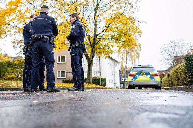 Policías cerca del apartamento en Detmold en el que una adolescente de 15 años ha matado presuntamente a su hermanastro