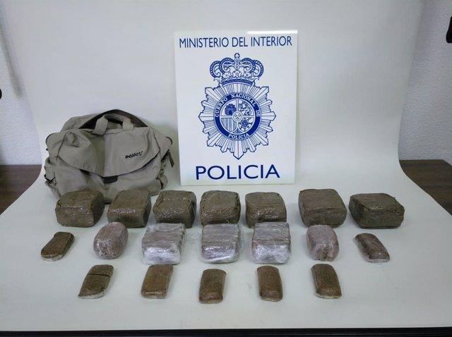 Fardos de hachís intervenidos a dos hombres en Badajoz.