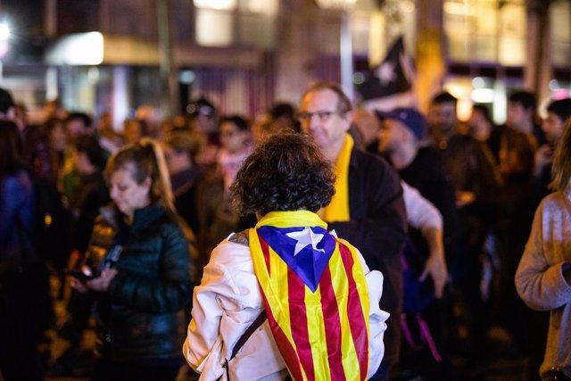 Un senyora amb una estelada a l'esquena en un acte dels CDR, Barcelona (Espanya),  23 d'octubre del 2019.