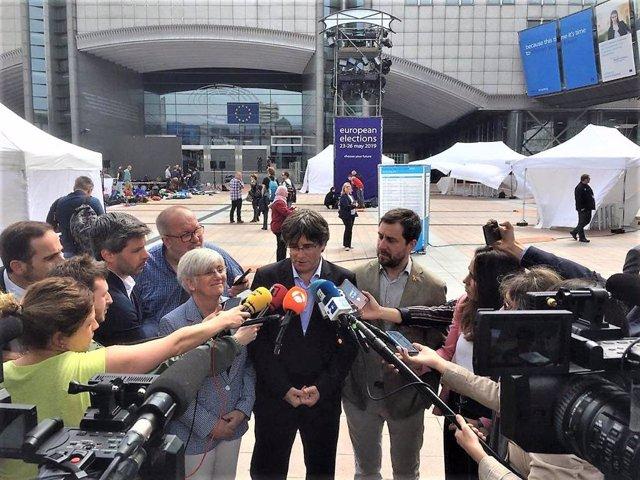 Clara Ponsatí, Carles Puigdemont i Toni Comín (JxCat) davant el Parlament Europeu el dia dels eleccions europees 2019 (Arxiu)