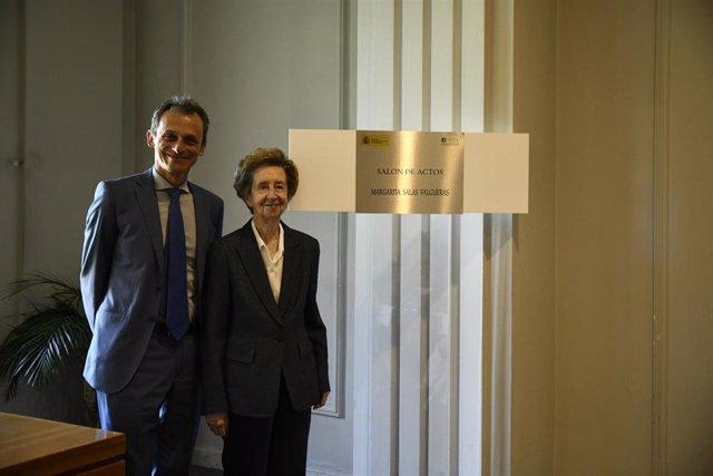 El ministro de Ciencia, Innovación y Universidades en funciones, Pedro Duque y la bioquímica y ganadora del Premio Inventor Europeo 2019, Margarita Salas