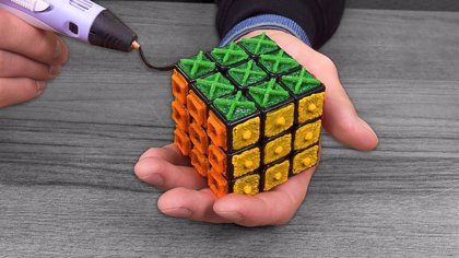 Este hombre fabrica un Cubo de Rubik para personas ciegas con un bolígrafo 3D