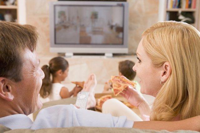 Familia viendo la televisión, comer, comiendo
